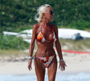 Donatella+Versace+Walking+Beach+UcHCpCLUbLPl